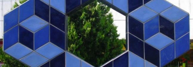 Vinczéné Csete Gabriella: Alkalmazzuk a szimmetriát – Sík- és térbeli tengelyesen tükrös alakzatok előállítása